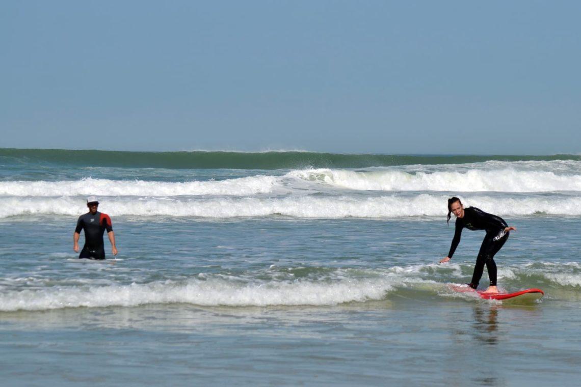 Surfeuse en plein cours de surf à Lacanau avec Magic Surf School