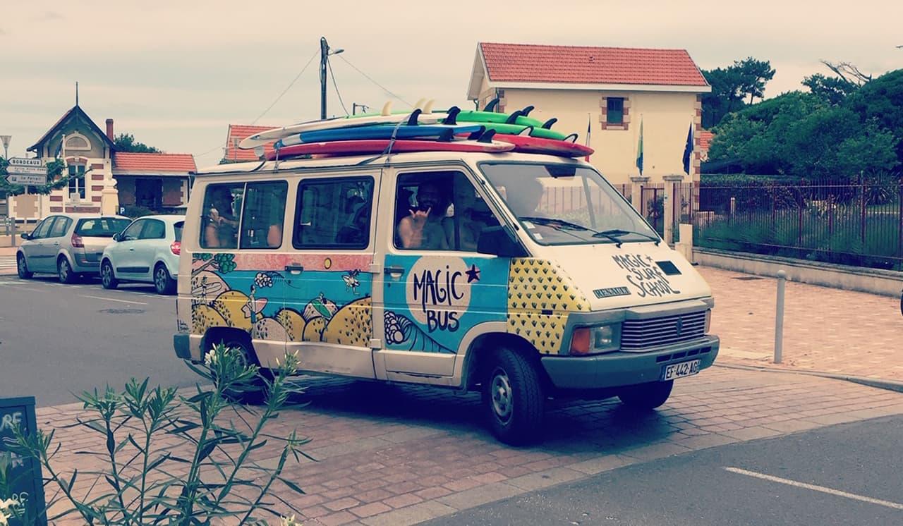 Le Magic Bus de l'école de surf Magic Surf School à Lacanau